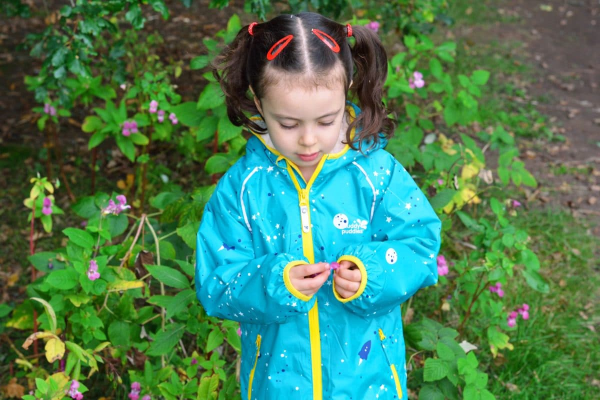 Here's a lovely review from the wonderful Georgie from Greens of the Stone Age capturing her adorable daughter Anya (a big fan of tree climbing!). See how she's put our EcoSplash jacket and trousers to the test.